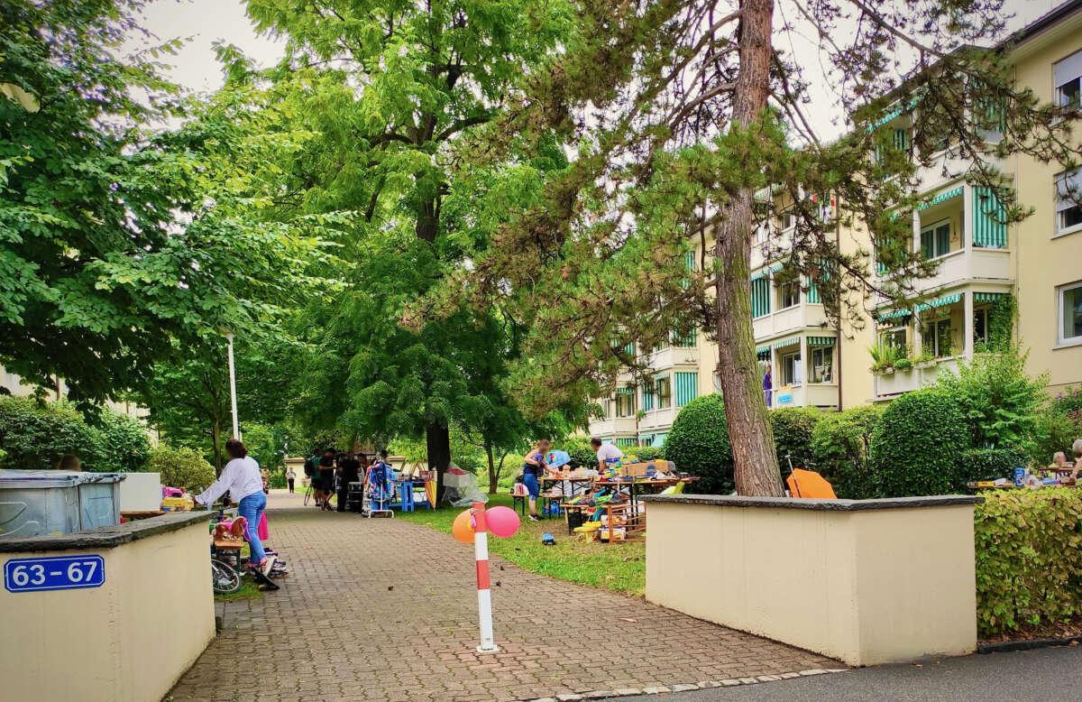 Flohmarkt beim Eingang zur Wohngenossenschaft Lettenhof am Bernerring 63